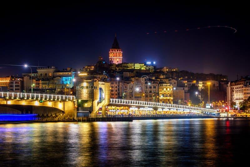 20 juli, 2018, Zonsondergang in Istanboel, Turkije Nachtmening van de Galata-Brug van Torengalata stock afbeeldingen