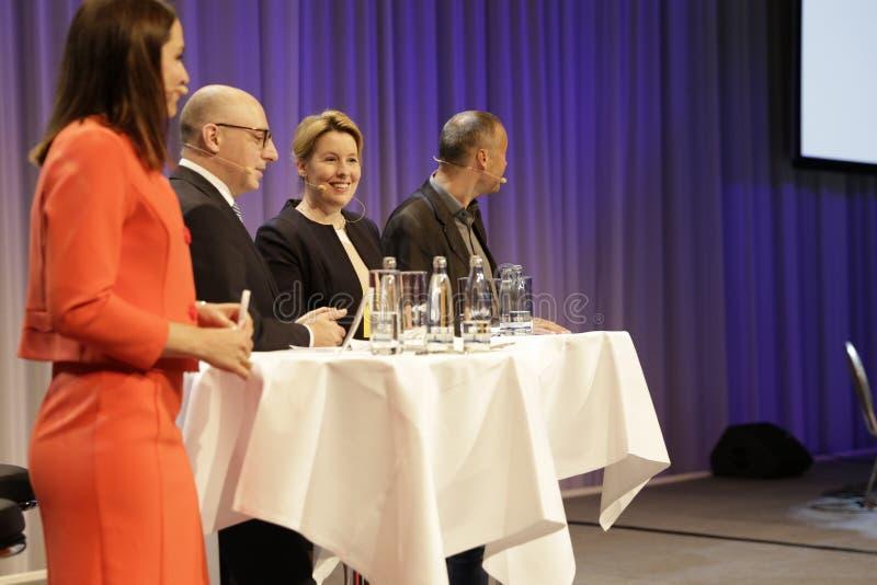 Julia Bauer durante la sesión de la charla con el ministro federal alemán el Dr. giffey imagen de archivo