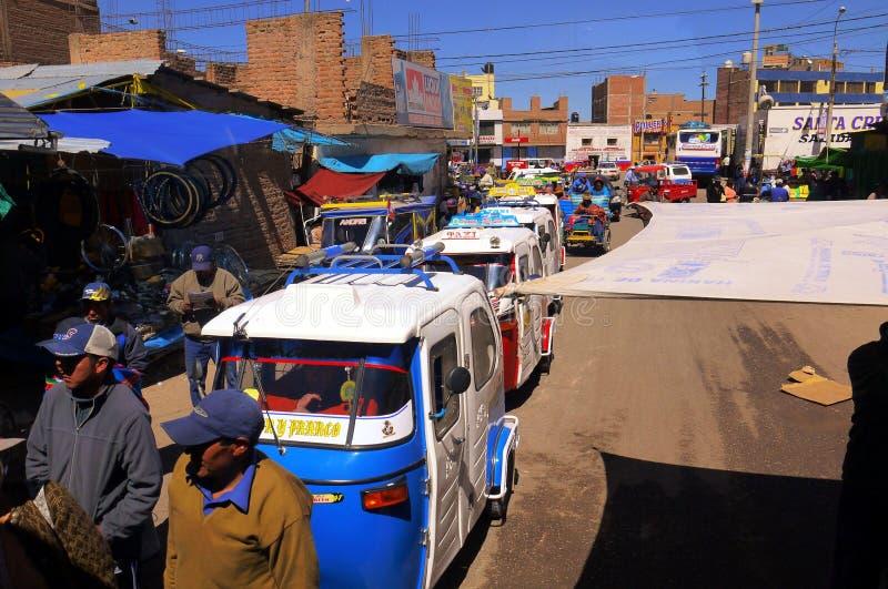 Juliaca Perú 15 de septiembre de 2013/patientl de los conductores del trishaw del motor fotos de archivo libres de regalías