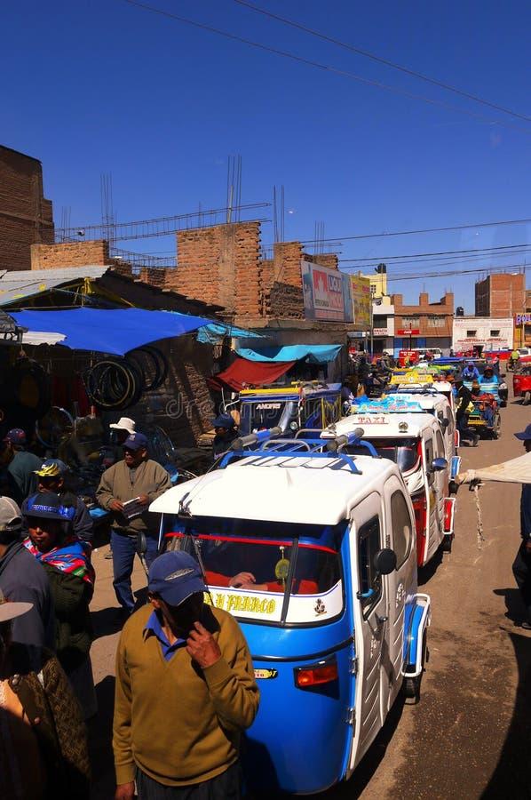 Juliaca Perú 15 de septiembre de 2013/patientl de los conductores del trishaw del motor fotos de archivo