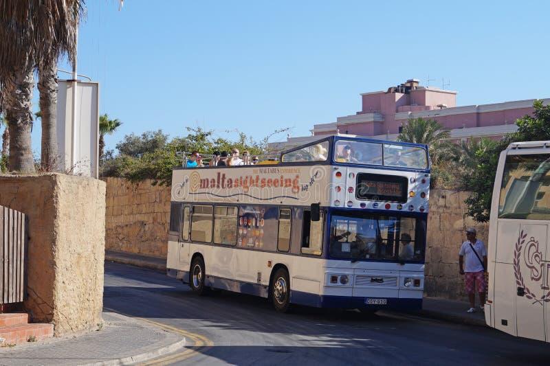 Julians St Malta -17 Juli 2014 Flygtur p? flygtur av bussen, en attraktiv form av sighten royaltyfri bild