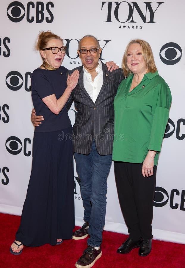 Julie White George C Wolfe & Kristine Nielsen på Tony Awards Meet 2019 kandidaterna trycker på Junket royaltyfria bilder