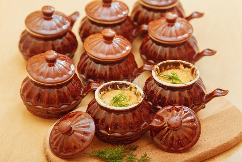 Julienne в керамическом cocotte стоковые изображения