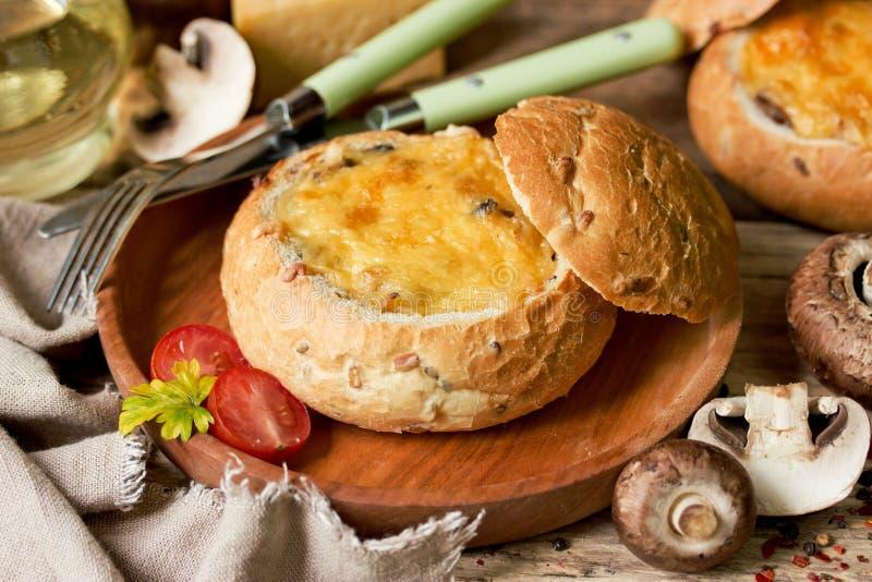Julienne гриба с сыром испек в шаре хлеба стоковые изображения