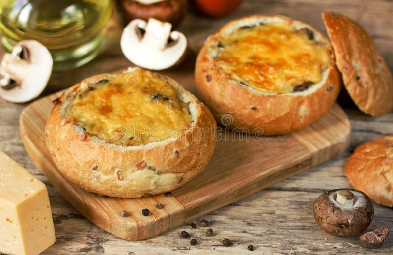 Julienne гриба с сыром и bechamel испек в шаре хлеба стоковые фото