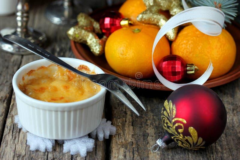Julienne chaude de champignon de poulet de fromage d'apéritif de Noël dans les Cocos images stock