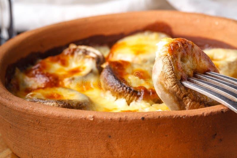 Julienne de champignon avec la croûte de fromage photos stock