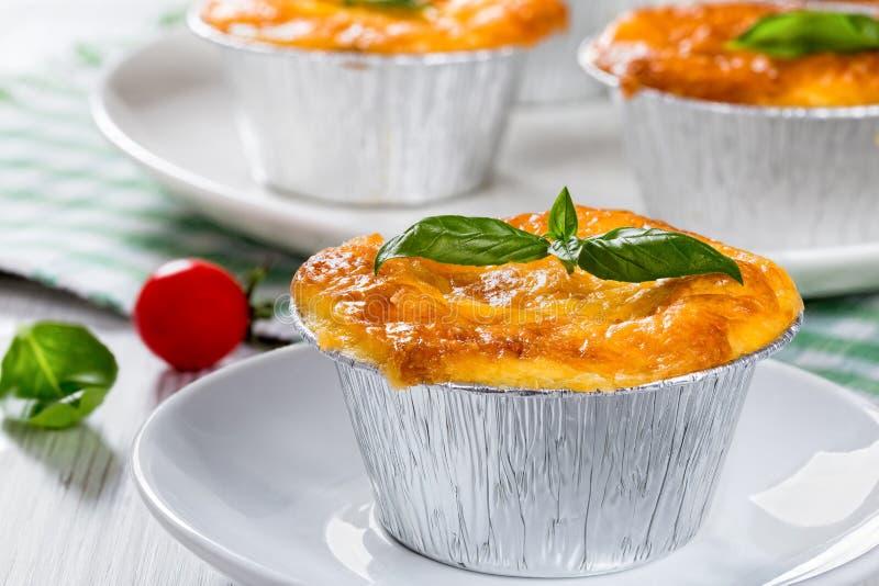 Julienne française de plat Gratin de champignon, de poulet et de fromage photos stock