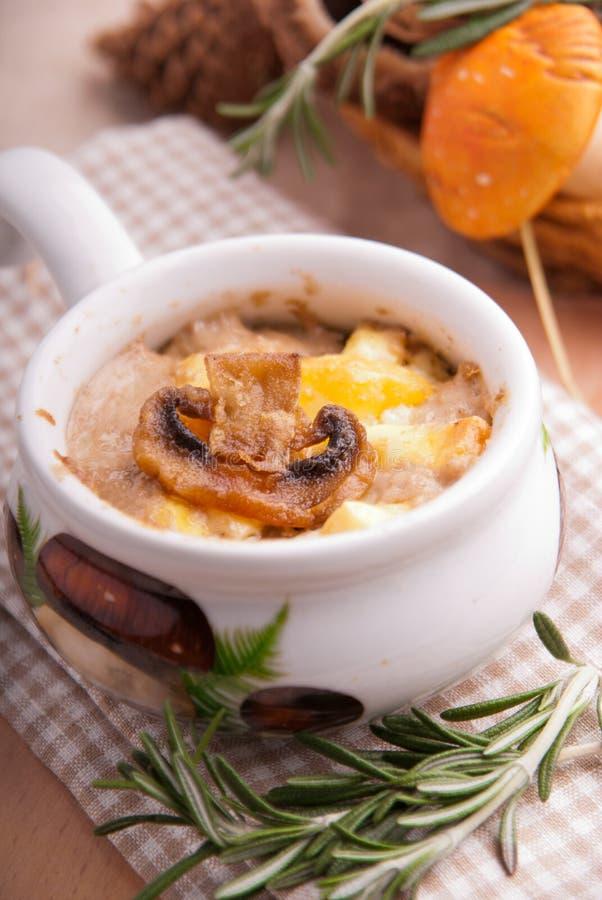 Julienne.mushrooms, подпертое с сливк стоковое изображение