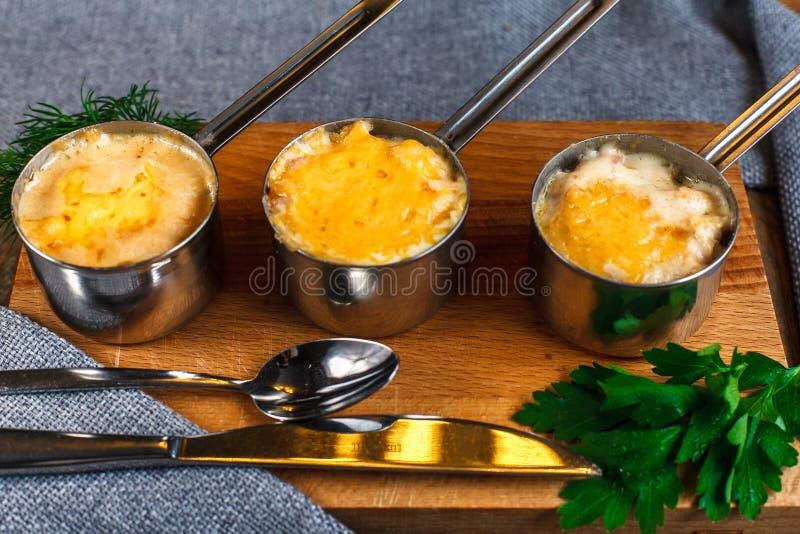 Juliens auf dem Tisch Französische Küche vorzüglich lizenzfreie stockbilder