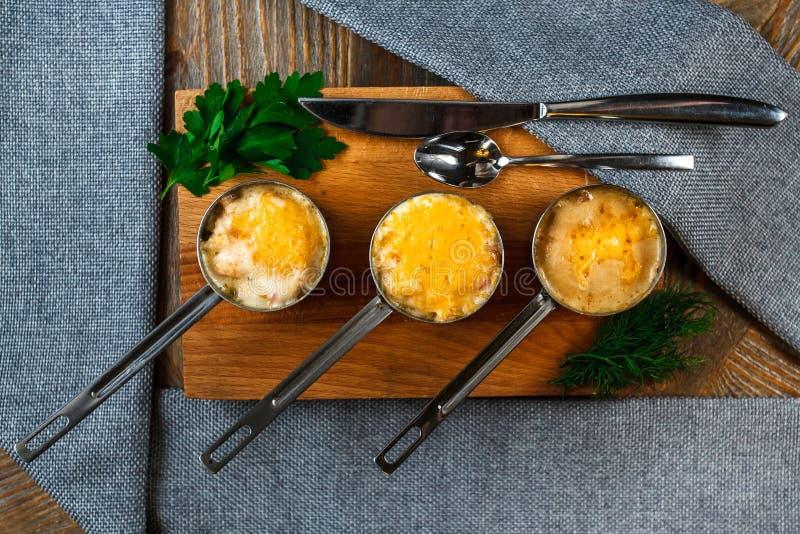 Juliens auf dem Tisch Französische Küche vorzüglich lizenzfreies stockfoto