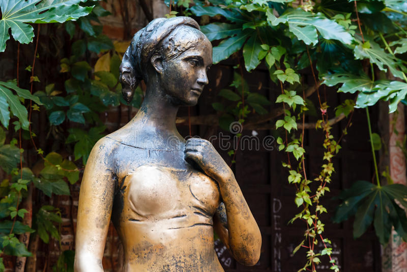 Juliet Capulet雕象在她的之家后院 免版税图库摄影