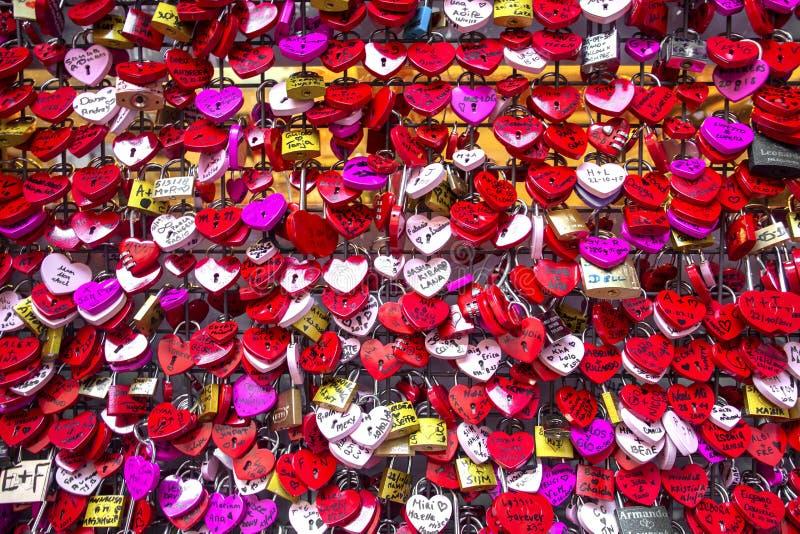 Juliet dom W Verona, Włochy Wiele colourful miłość kłódki przy ścianą Juliet dom, Verona, Włochy Romantyczny wzór obraz stock