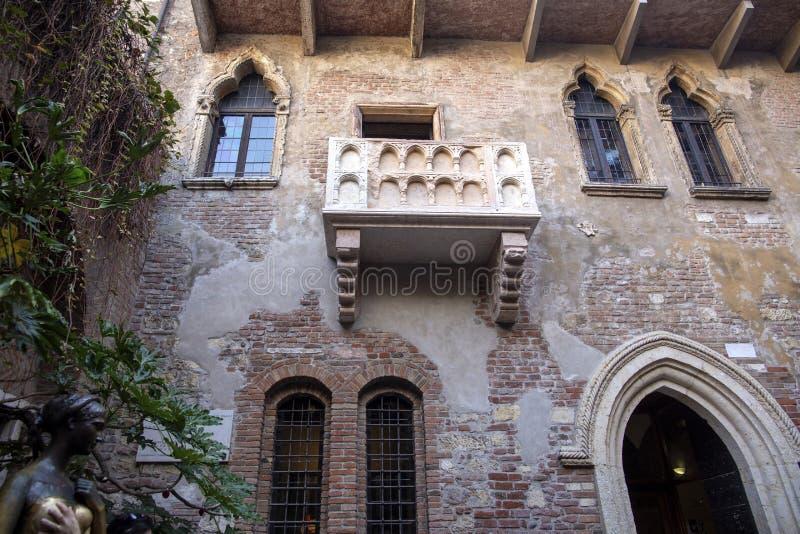 Juliets hus i Verona Balkong av huset för Juliet ` s i Verona, Italien royaltyfri bild