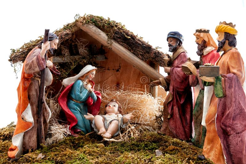 Juljulkrubba med den heliga familjen i kojan och de tre kloka männen, på vit bakgrund royaltyfria foton