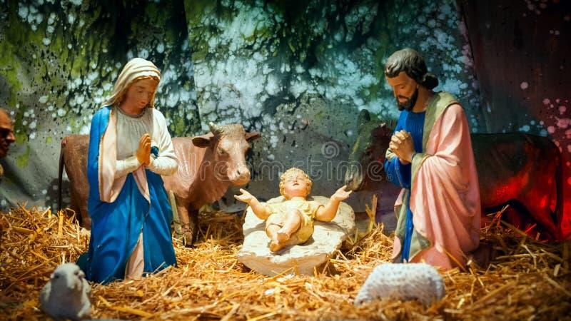 Juljulkrubban med behandla som ett barn Jesus, Mary & Joseph arkivfoton