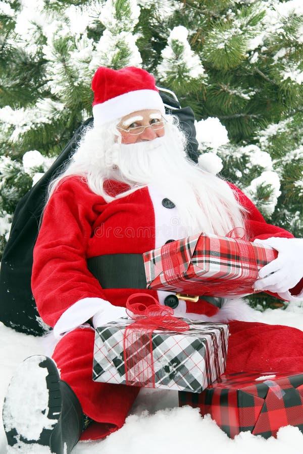 Juljultomten i snön royaltyfri bild
