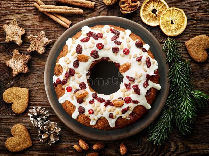 Julkaka med frukter och muttrar fotografering för bildbyråer