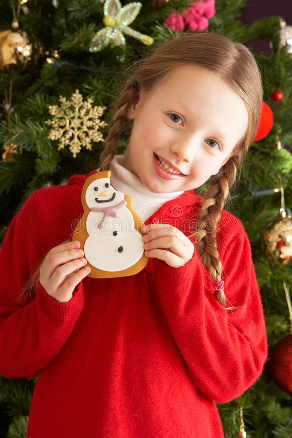 julkaka som äter den främre flickatreen arkivfoto