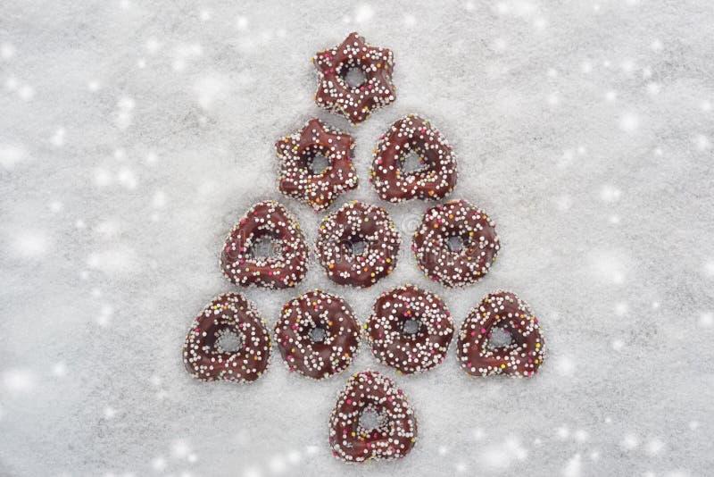Julkakaträd som göras av kanel med snöig bakgrund arkivbild