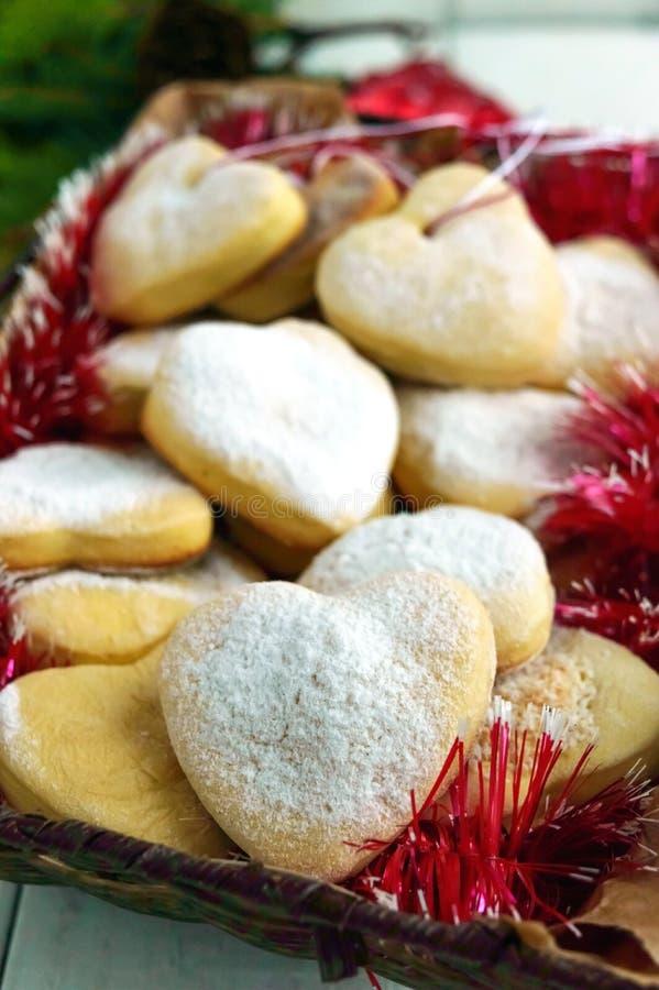Julkakor i hjärta-formad garnering med pudrat socker royaltyfria foton