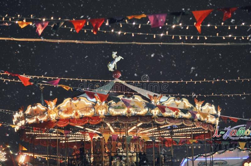 Julkarusell i Moskva Snöig vinter nytt tidår royaltyfri fotografi