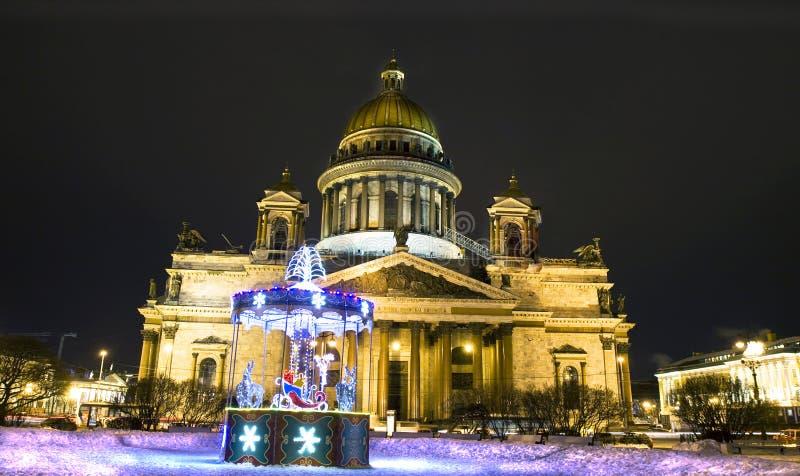 Julkarusell och domkyrka av helgonet Isaac, St Petersburg fotografering för bildbyråer
