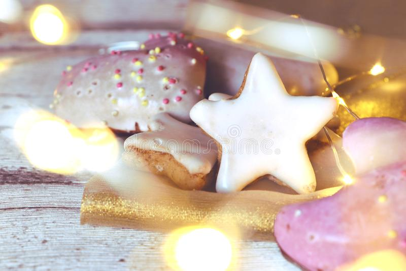 Julkex, kanelbruna stjärnor och pepparkaka med skinande ljus royaltyfri foto