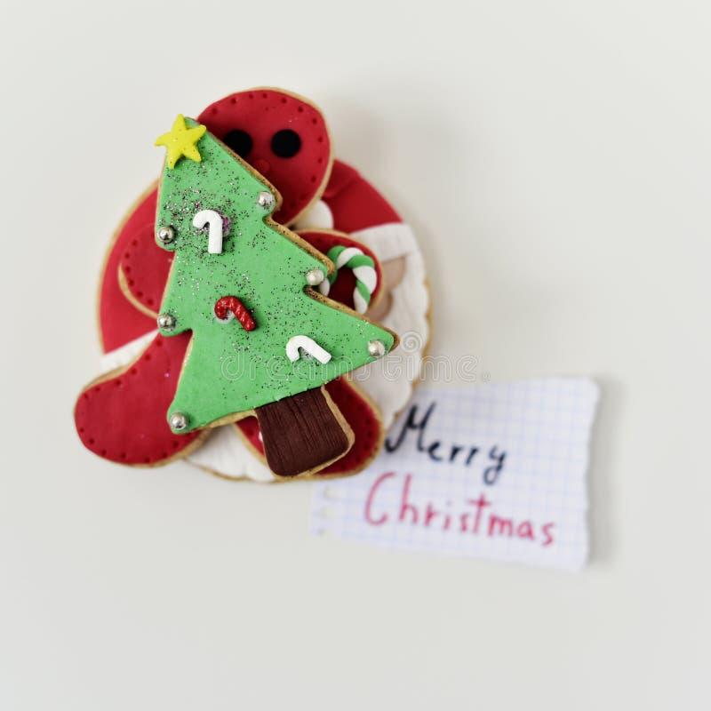 Julkex och glad jul för text royaltyfria bilder