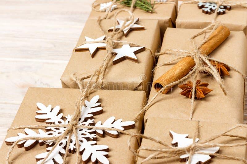 Julklappar med handen - gjorda garneringar placera text garneringar för slåget in i hantverkpappersgåvor royaltyfria foton