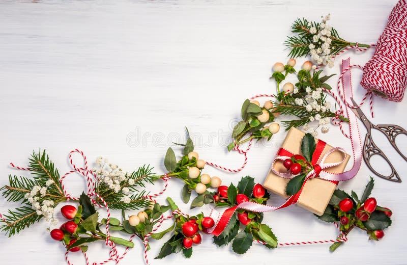 Julklappar och girlander arkivbild