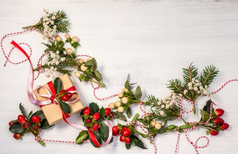 Julklappar och girlander royaltyfria bilder
