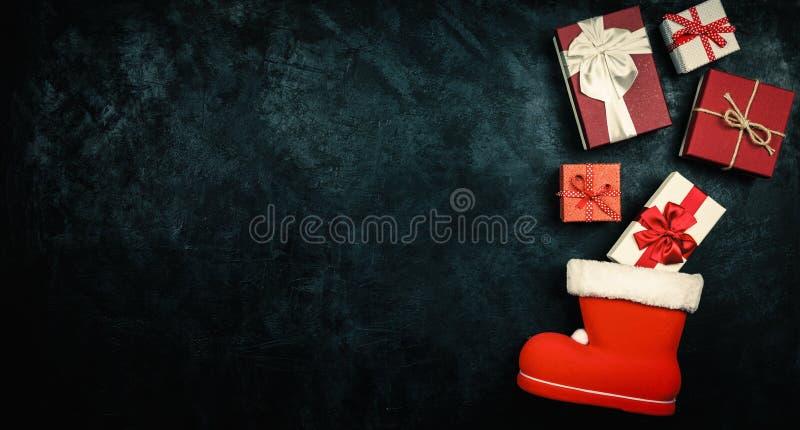 Julklappar som flödar ut ur strumpa för jultomten` s royaltyfri fotografi