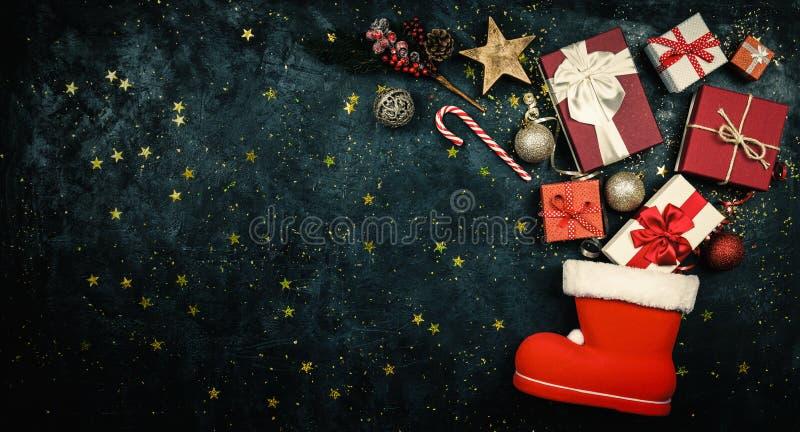 Julklappar som flödar ut ur strumpa för jultomten` s royaltyfri bild