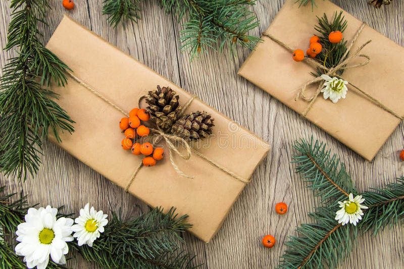 Julklappar som slås in i kraft papper med naturlig garnering Lekmanna- lägenhet, bästa sikt royaltyfri bild