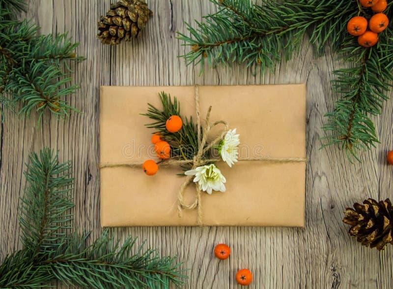 Julklappar som slås in i kraft papper med naturlig garnering Lekmanna- lägenhet, bästa sikt arkivbilder