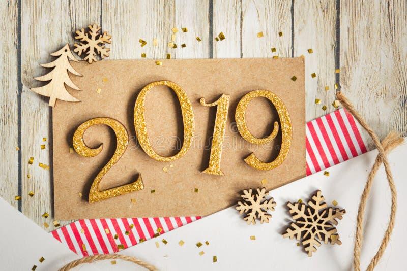 Julkort 2019 med beståndsdelar av scrapbooking: papper snöflingan, julgran, tvinnar arkivfoton