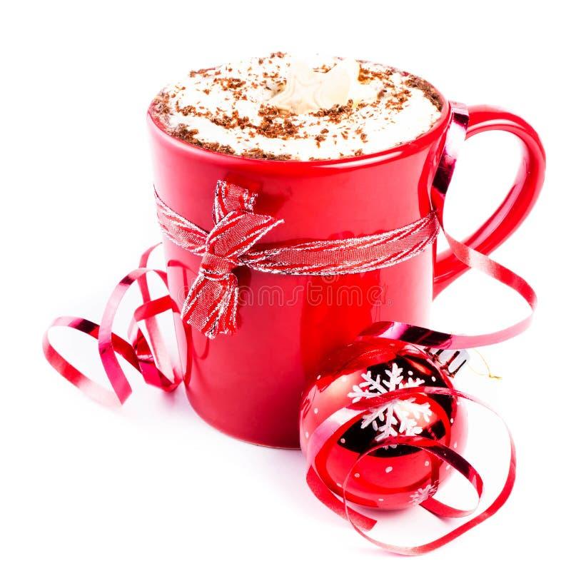 Julkort med den röda kaffekoppen som överträffas med piskad kräm och arkivbilder