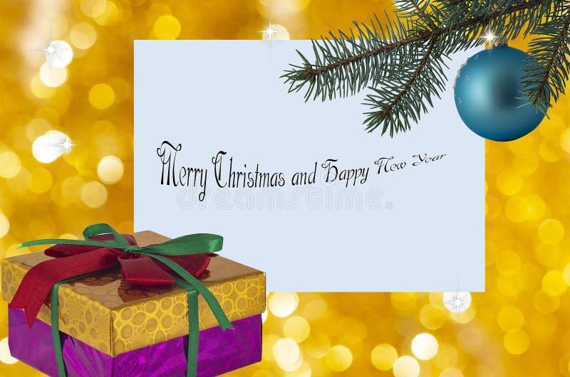 Julkort med en boll på julgranhälsning- och gåvaasken fotografering för bildbyråer