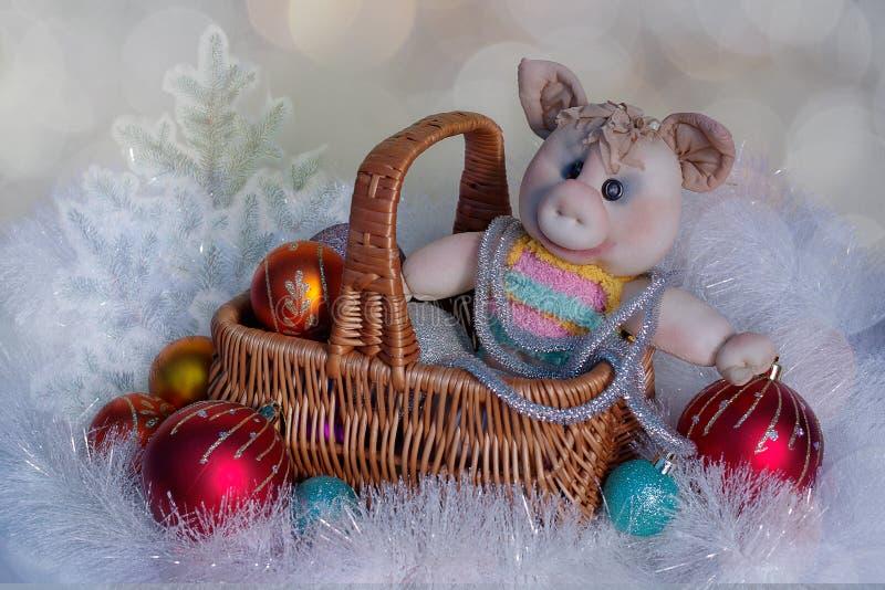 Julkort med ett leksaksvin på jultabellen royaltyfria bilder