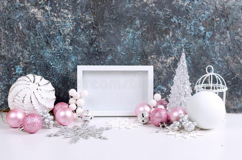Julkort med härliga rosa och vita garneringar royaltyfri foto