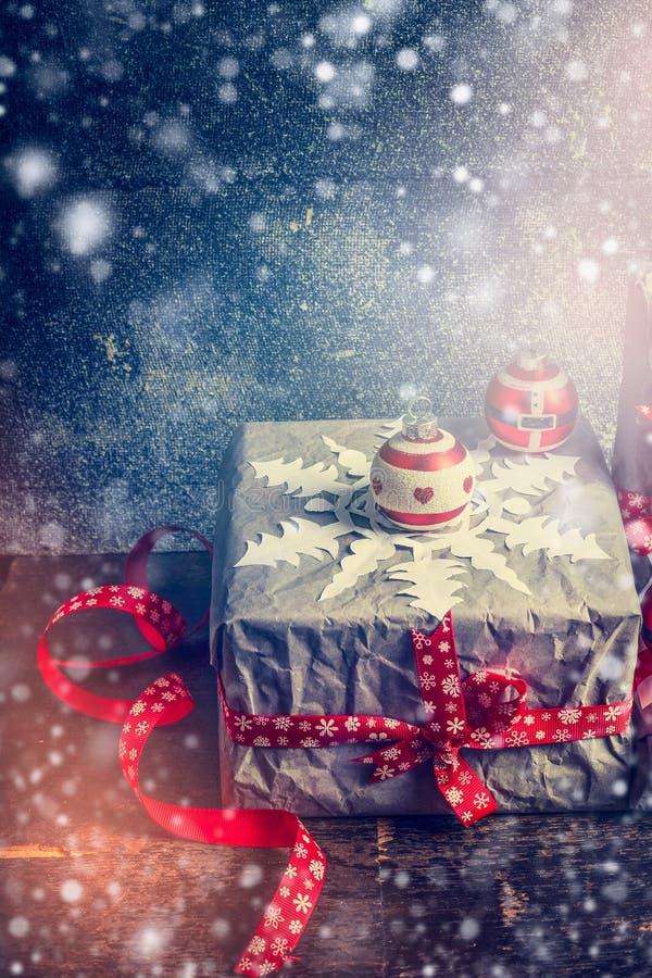 Julkort med handgjorda gåvaaskar, pappers- snöflingor och festliga garneringar royaltyfri fotografi