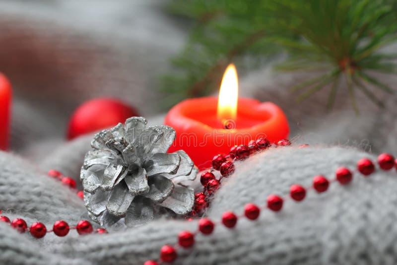 Julkort med kotten, stearinljuset och garnering royaltyfria bilder