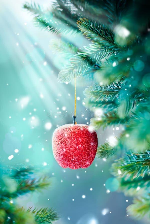Julkort med röda Apple på förgrena sig arkivfoto