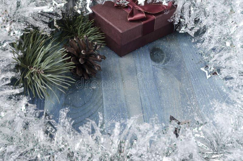 Julkort på ett kallt blått bakgrundskopieringsutrymme fotografering för bildbyråer