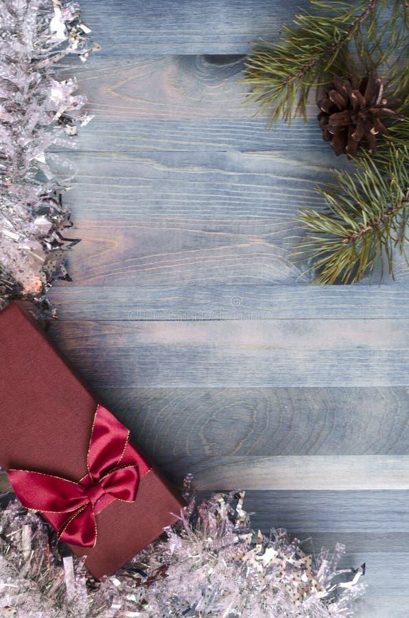 Julkort på ett kallt blått bakgrundskopieringsutrymme royaltyfri fotografi