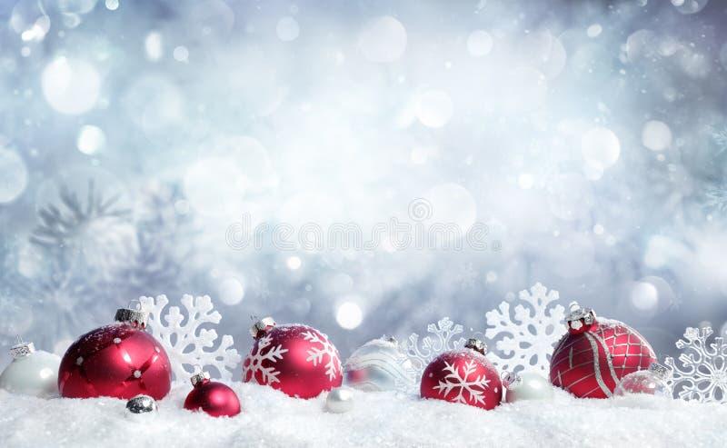 Julkort - röda struntsaker och snöflingor royaltyfri bild