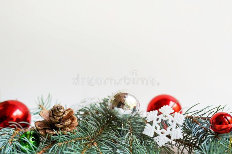 Julkortet sörjer kottar och leksaker på vit bakgrund Lekmanna- l?genhet, kopieringsutrymme Ferie f?r nytt ?r fotografering för bildbyråer