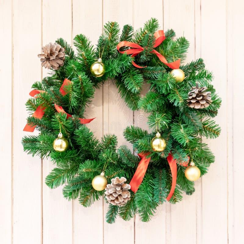 Julkrans för garneringar på dörren Julbakgrund, nytt år, vinterferie royaltyfria foton