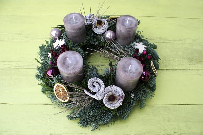 Julkrans med gråa stearinljus royaltyfri bild